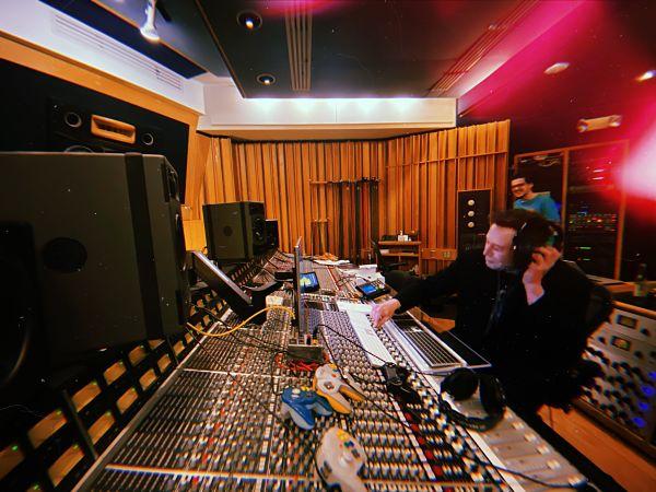 илон маск в студии звукозаписи