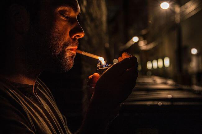 Парень закуривающий сигарету
