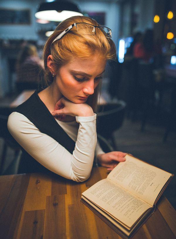 Девушка читает книгу и учится