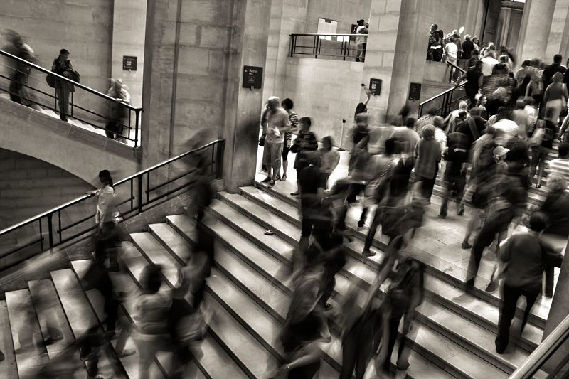 Люди быстро идут в метро