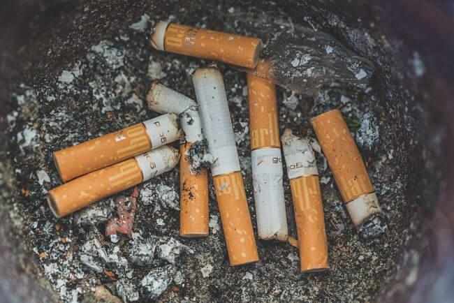 Куча сигарет в пепельнице