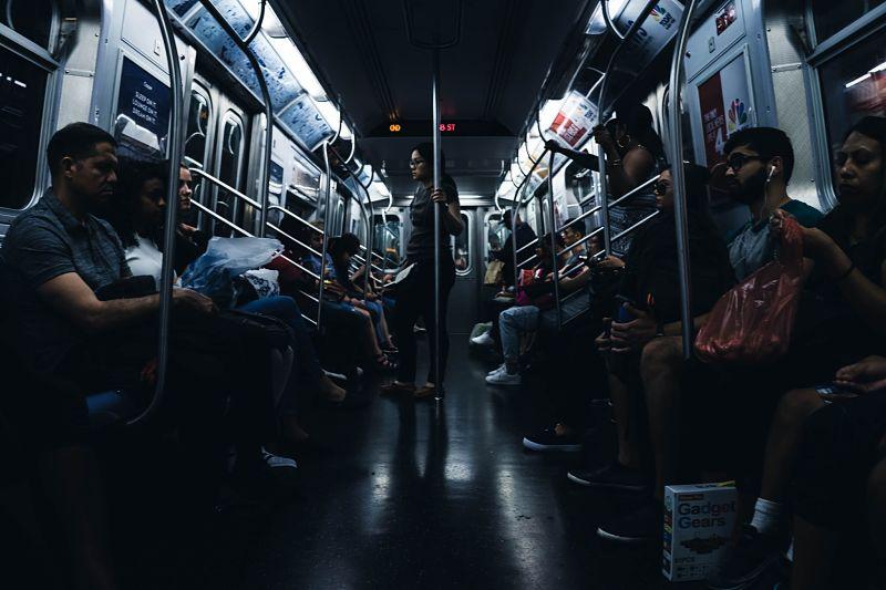 Люди едут в вагоне метро