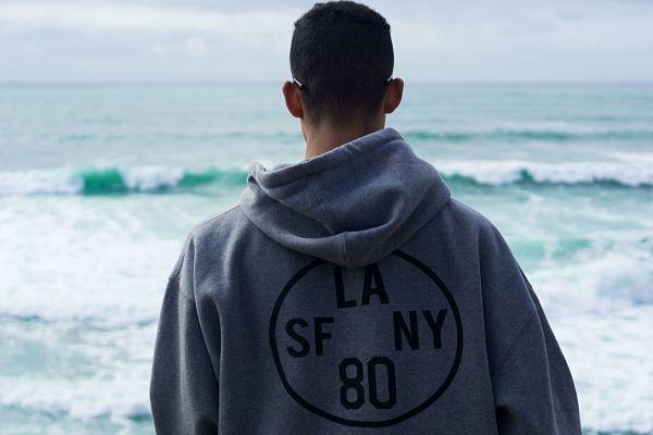 Парень смотрит на море